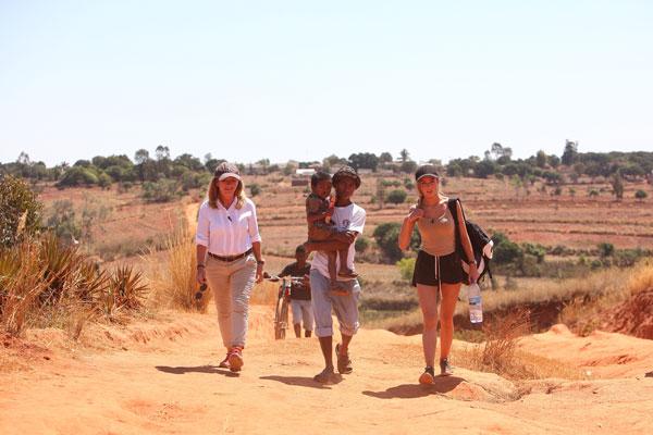 Jag och Julia vandrar i flera timmar tillsammans med Heritiana och hans pappa Olivier. @Operationsmilesverige #Operationsmilesverige foto:Zute Lightfoot